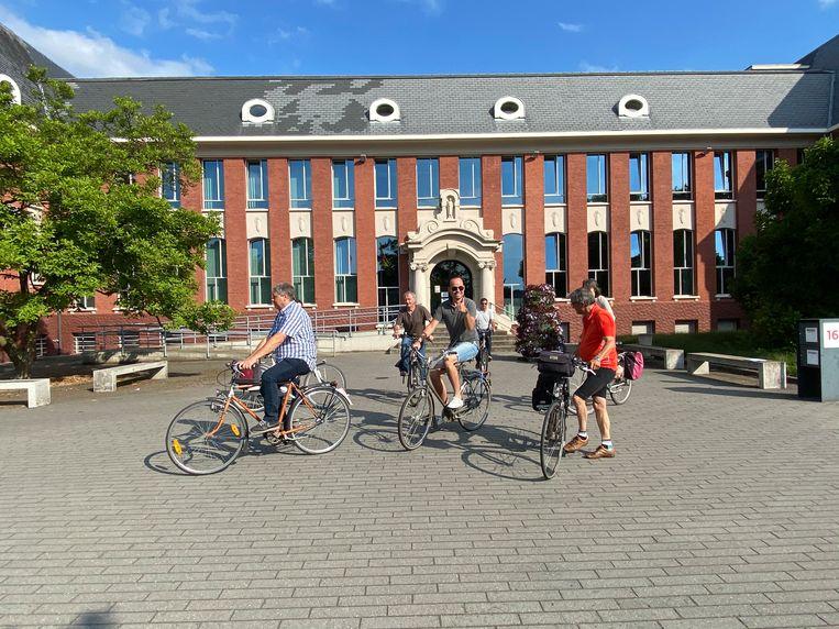 De burgemeester en schepenen vertrekken voor de fietstocht langsheen de lokale producenten