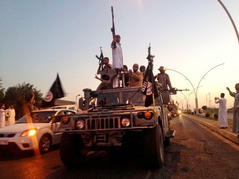IS-strijders patrouilleren in de straten van Mosul.