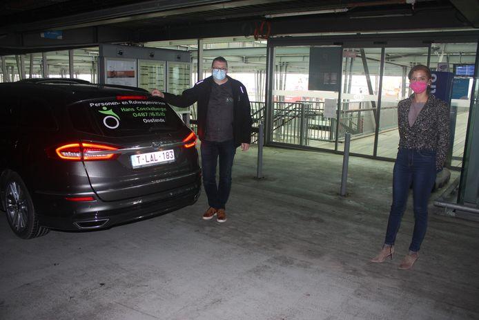 Taxi Hans Coeckelberghs is één van de taxibedrijven die mensen met plezier afzet of ophaalt in de parkeertoren van de NMBS. Hier samen met schepen Hina Bhatti die het initiatief lanceert.