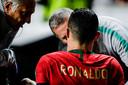 Cristiano Ronaldo viel geblesseerd uit bij Portugal tegen Servië.