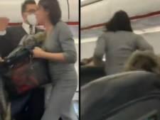 """""""Tout le monde va mourir"""": une passagère sans masque tousse sur les autres à bord d'un avion"""