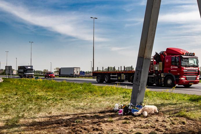 Bloemen waar deze week op de A1 een ernstig ongeluk plaatsvond.