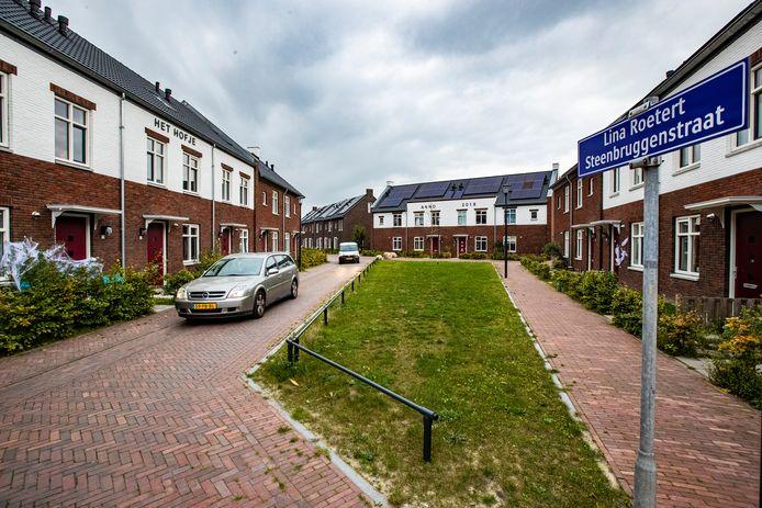 De Lina Roetert Steenbruggenstraat in de Deventer wijk Steenbrugge kampt met warmteproblemen en is tot frustratie van bewoners nog niet van het gas af.
