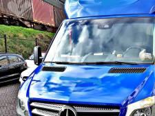 Pakketbezorger kan niet van zijn telefoon afblijven tijdens het rijden: 706 euro boete