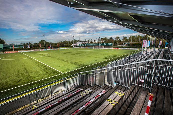 Lege kantine, tribunes en velden bij SV Den Hoorn waar komend weekeinde de derby Den Hoorn-DHC gespeeld wordt, normaal gesproken een kaskraker.
