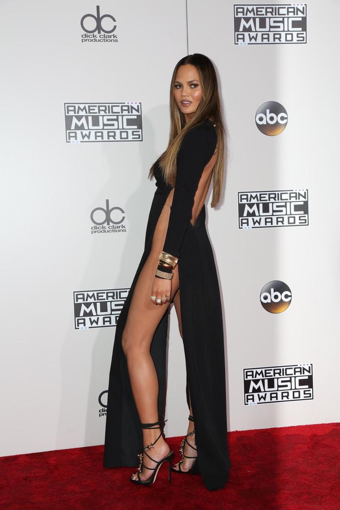 Chrissy Teigen baart opzien met okselhoge jurk zonder slip ... Rolling Stones Nieuws