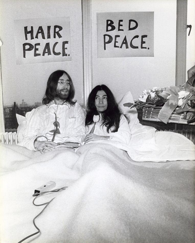 John Lennon en Yoko Ono vragen aandacht voor de vrede tijdens hun huwelijksreis door in het Amsterdamse Hiltonhotel 'Hairpeace Bedpeace' te houden Beeld afp