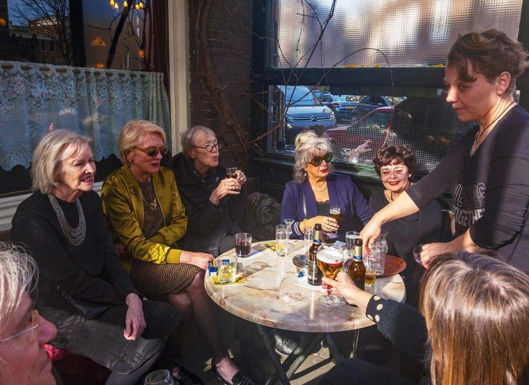 Sonja Bakker, Antonia van Rijthoven, Ike Cialona, Margit van Frankenhuysen, Ankie van der Linde-Kaan, Elske Rollema (barkeeper), voorjaar 2018 Beeld Vincent Steinmetz