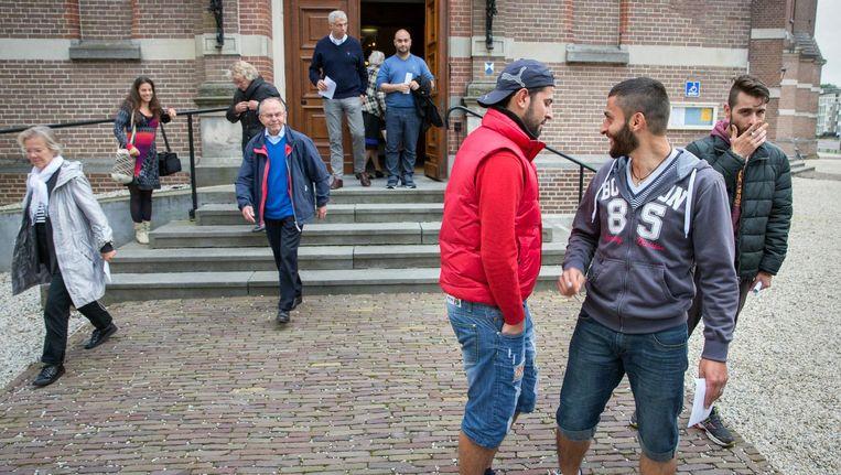 Na afloop van een oecumenische kerkdienst als welkom aan de vluchtelingen in de Grote Kerk in Apeldoorn in september 2015. Beeld Hollandse Hoogte