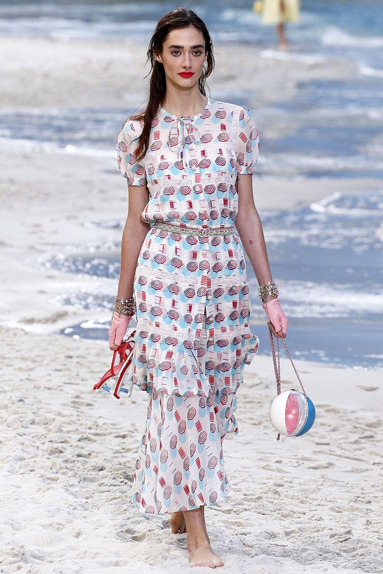 Handtas in de vorm van een strandbal. Gezien op Paris Fashion Week bij de lente-zomercollectie 2019 van Chanel.
