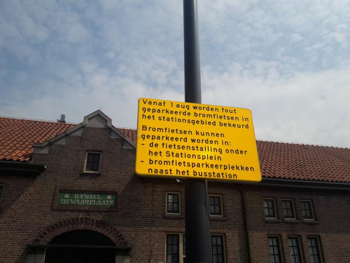 Gele borden op het stationsgebied. De eerste twee weken van augustus wordt eerst nog gewaarschuwd.