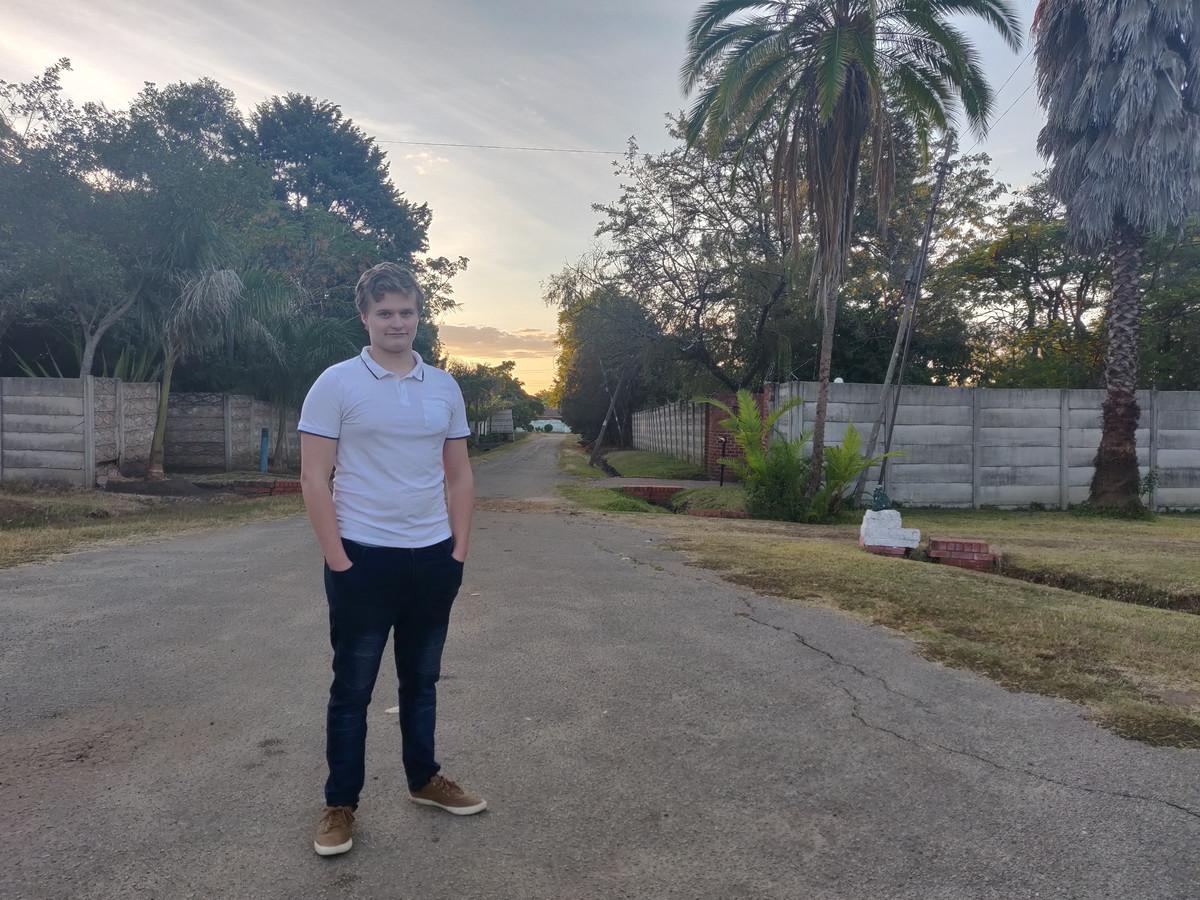 De Zutphense student Justin Schiltman ging voor zijn studie naar Zimbabwe, niet wetende dat het coronavirus zou uitbreken. Nu maakt hij van de nood een deugd.