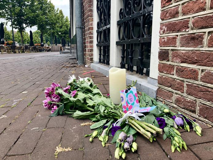 Bloemen aan de Haven in Breda ter nagedachtenis aan de 28-jarige Bredanaar die slachtoffer werd van een steekpartij.