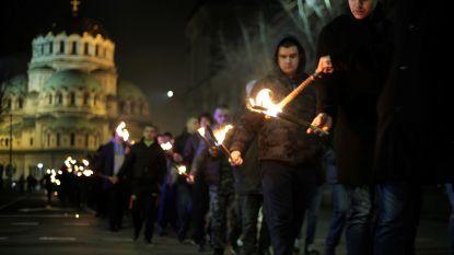 Extreemrechtse nationalisten met fakkels op straat in Bulgarije om nazistische generaal te eren