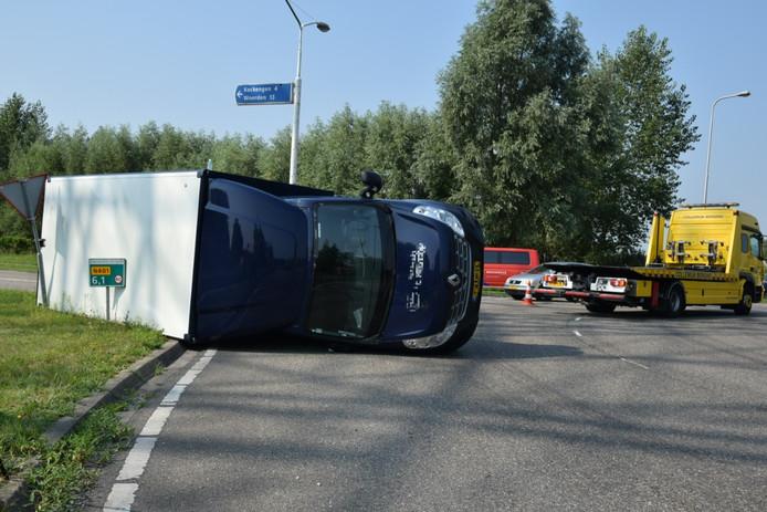 Het busje kantelde op de rotonde op de N401 bij Breukelen.