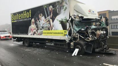 Vrachtwagens knallen tegen elkaar op A12