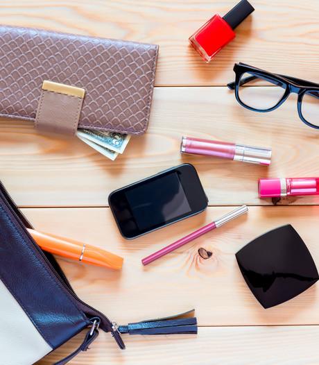 Een op de drie vrouwen maakt handtas nooit schoon: 'Bizar wat je eruit vist'