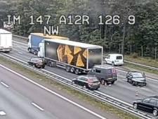 Zeven voertuigen botsen op A12 bij Arnhem, rijstroken dicht