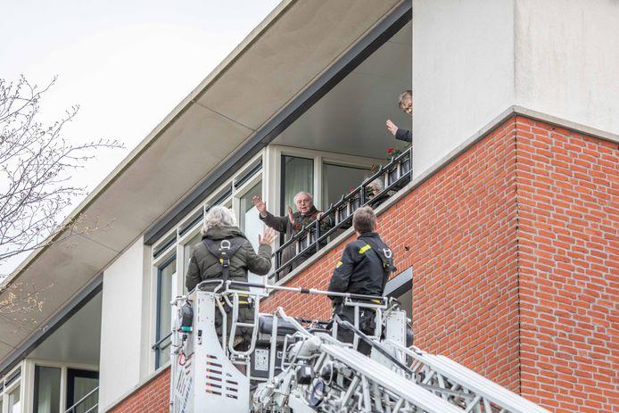 Ko Kaan werd op zijn 93e verjaardag verrast met felicitaties via een brandweerladder naast het balkon.