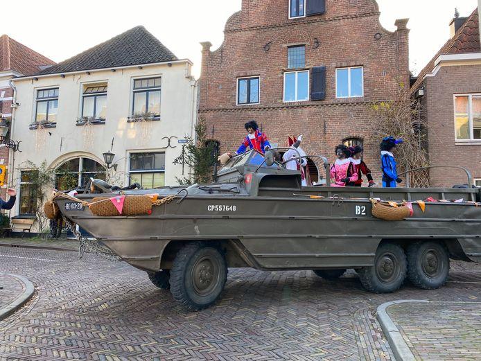 De Sint en enkele pieten reden in een bijzonder voertuig door de binnenstad van Deventer.