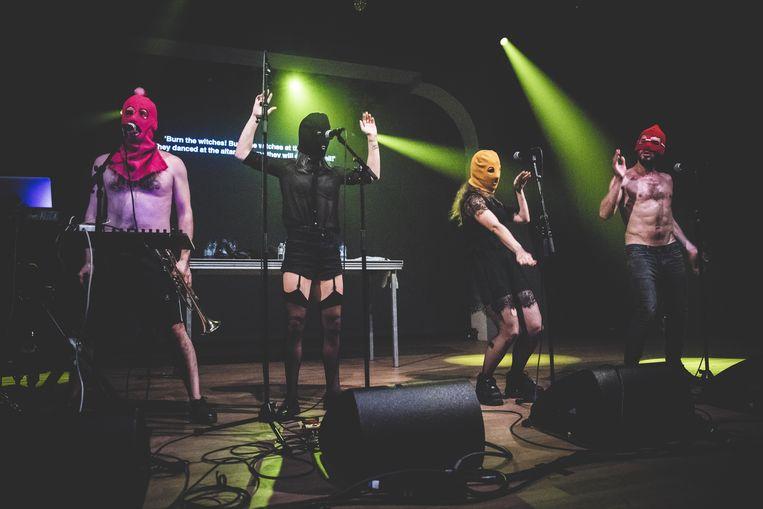 Bivakmutsen en netkousen: de outfit van de bandleden van Pussy Riot sprong op zijn zachtst uitgedrukt in het oog.