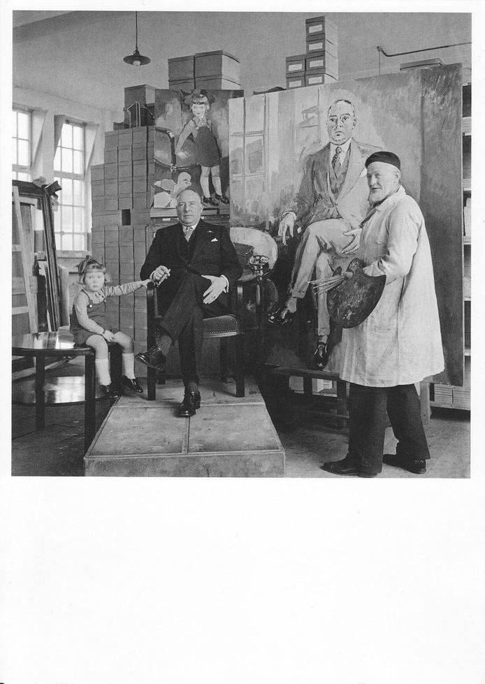 Olly van Abbe kijkt toe hoe schilder Kees van Dongen opa Henri van Abbe portretteert in zijn Karel I Sigarenfabriek.