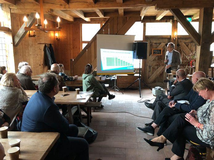 Paulus Janssen van de Woonbond spreekt tijdens de Huurdersmanifestatie Aardgasvrij van de huurdersvertegenwoordiging van corporatie Woonbedrijf, in de herberg van het Prehistorisch Dorp in Eindhoven.
