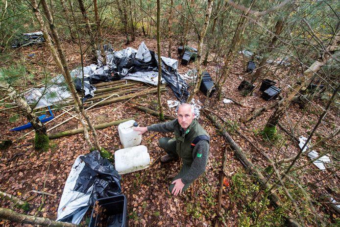 Boswachter Laurens Jansen bij de gevonden resten van een hennepkwekerij in het bos.