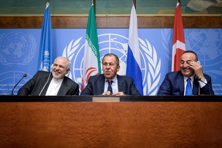 Iraans buitenlandminister Mohammad Javad Zarif, zijn Russische ambtsgenoot Sergej Lavrov en de Turkse buitenlandminister Mevlut Cavusoglu op een persconferentie bij de VN in Genève.
