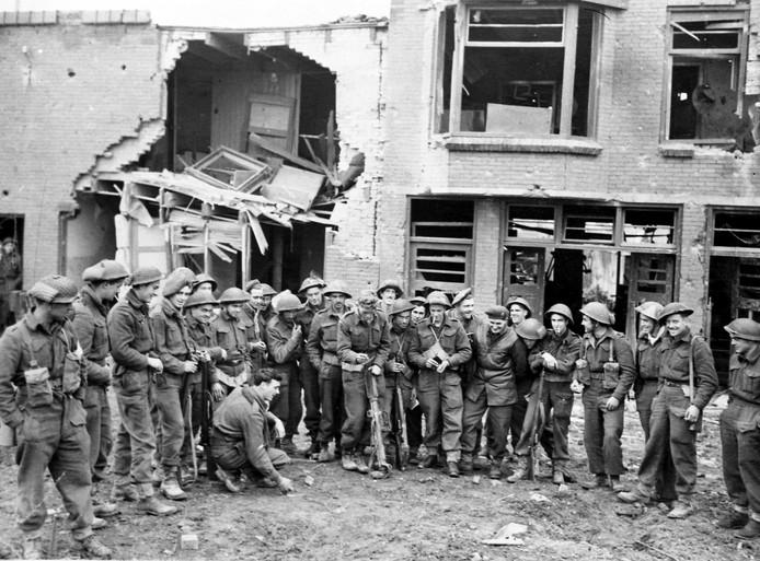 26 oktober 1944. Sappeurs en infanteristen van het Canadian Scottish Regiment op het Molenwater in Breskens.