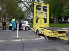 Man (82) wordt onwel achter stuur en knalt tegen pijlwagen