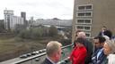 Minister Kajsa Ollongren en wethouder Yasin Torunoglu kregen op het dak van gebouw TQ op Strijp-T in Eindhoven een uiteenzetting over de bouwplannen in de stad.