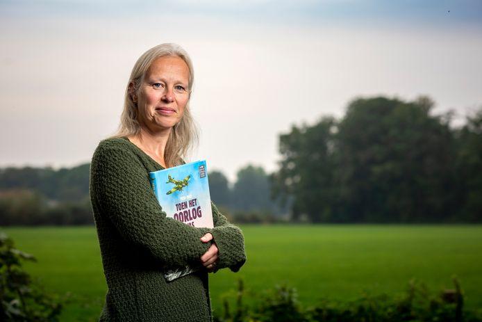 Liesbeth Rosendaal is een van de schrijfsters van het kinderboek 'Toen het oorlog was, 1939-1945'. Het boek heeft een  Zilveren Griffel gewonnen.