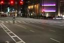 Slechts een enkeling waagde zich donderdag op straat zoals deze man bij het Dilworth Plaza in het centrum van Philadelphia.