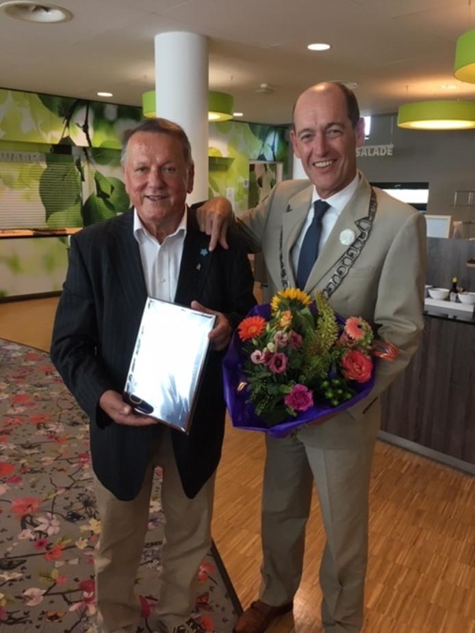 Martin Meijerink (links) kreeg de Nijverbij overhandigd door burgemeester Schelberg.