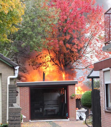 Vlammen slaan uit schuur bij brand in Nijverdal