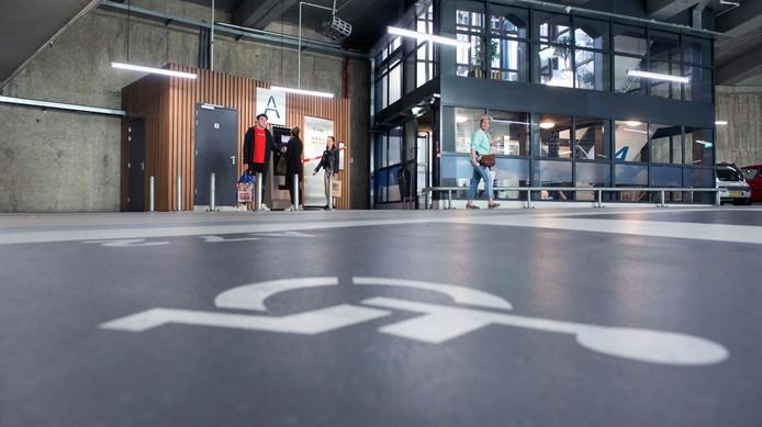 De gemeente gaat bekijken of het invalidentoilet in de parkeergarage Houtwal ook bereikbaar kan worden gemaakt voor niet-parkeerders.