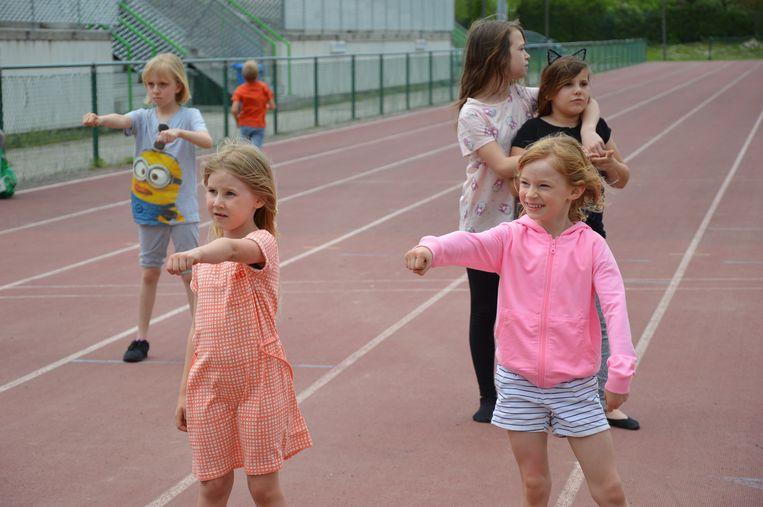 De kinderen leren dansjes aan.