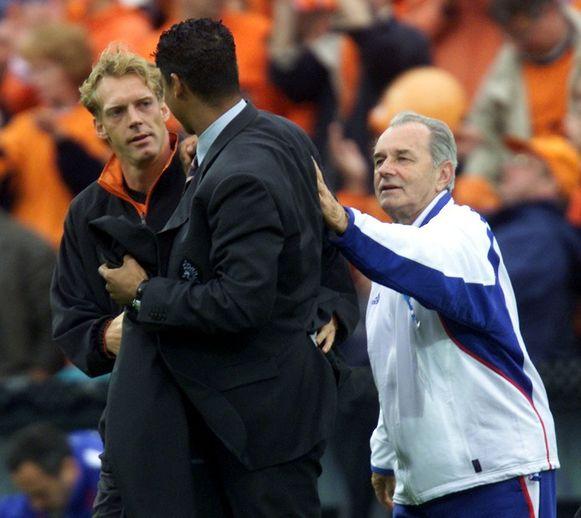Rijkaard feliciteert Van Vossen op het EK 2000 in België/Nederland na winst tegen Joegoslavië.