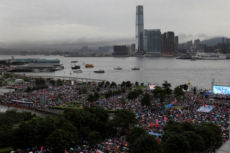 Pro-Chinese groeperingen wonen een demonstratie bij om de politie in Hongkong te steunen. Beeld AP