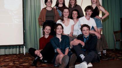 'What the F*!' Leerlingen Caputsteen schitteren in theatervoorstelling
