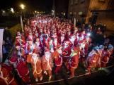 Zo ziet het eruit als 1600 kerstmannen door Vriezenveen rennen
