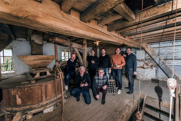 De leden van de Dorpsbrouwerij in Bierbeek. Van rechts naar links bovenaan: Jan, Joost, Robin, Philippe, Jakob. Van rechts naar links onderaan: Yves, Hugo.