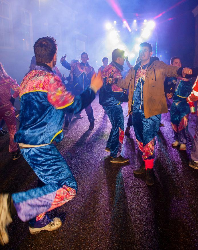 Feestende jongeren in Den Bosch.