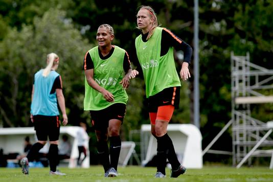 Shanice van de Sanden en Anouk Dekker op de Oranje-training.