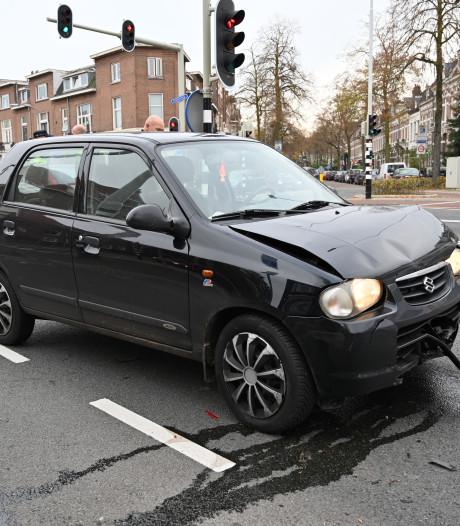 Auto botst op politiewagen op Graafseweg in Nijmegen