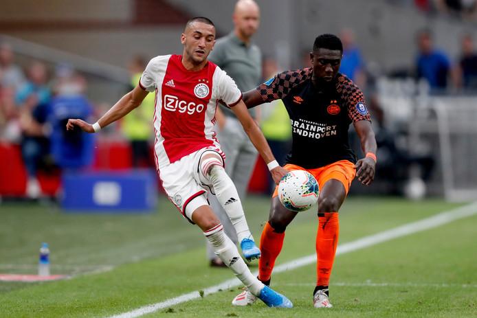 Ziyech in duel met Derrick Luckassen van PSV.