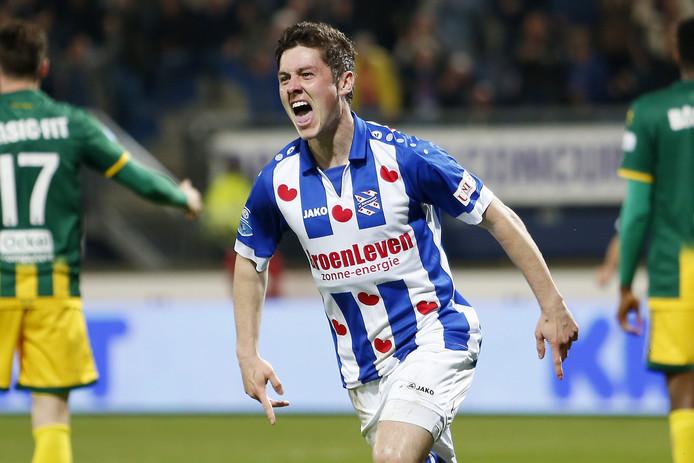 Marco Rojas juicht na een goal voor sc Heerenveen.