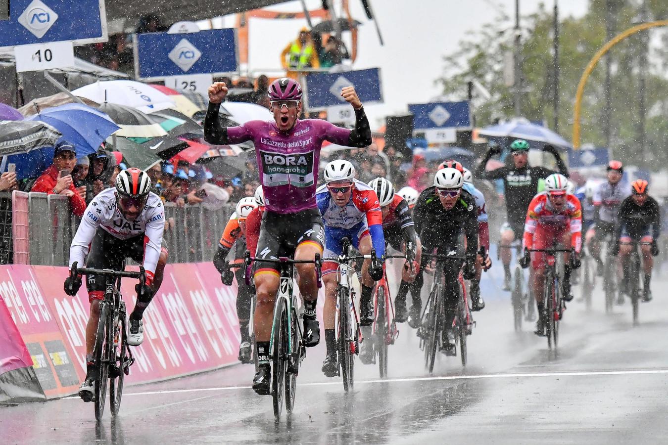 Pascal Ackermann won deze Giro al twee etappes in een massasprint.