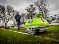 Zwijndrechtse clubs hebben voortaan een robot als lijnentrekker: 'Scheelt ons een hoop tijd'